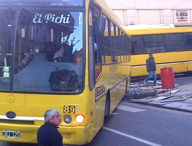 El colectivo interrumpió el tránsito en la esquina de Maipú y San Juan. (Foto: @PCKassabian)