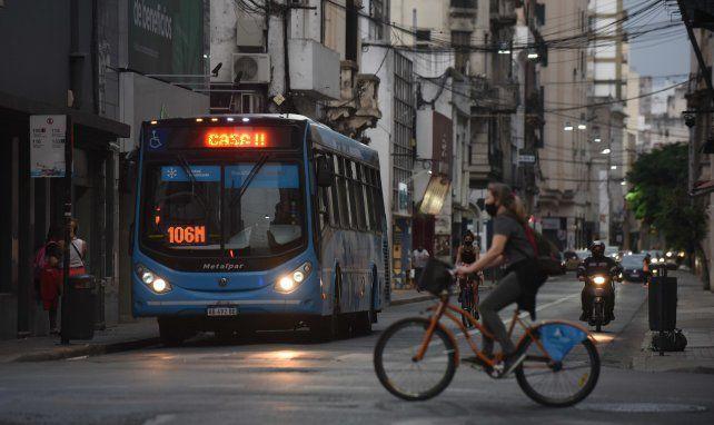 Sube y baja. Los viajes en colectivo bajaron de 450 mil diarios a 129 mil al día. Las bicis se usan un 23 por ciento más en clave de pandemia.