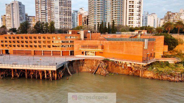 Desde el río se aprecia la vedadera magnitud del desmoronamiento ocurrido este viernes en la barranca.