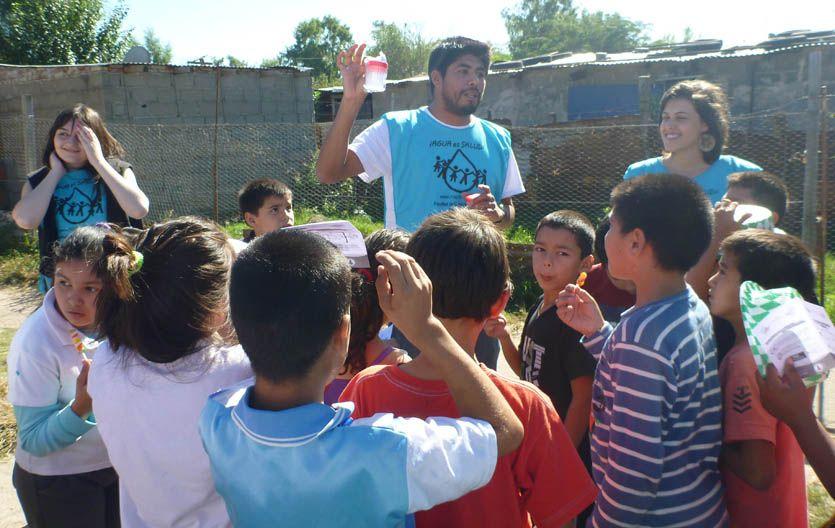 Instrucciones. Pablo Benítez y Maén Hernández explican a los chicos el correcto uso del agua.