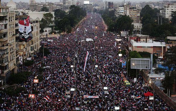 Marea humana. La columna principal se dirige hacia la histórica plaza Tarhir