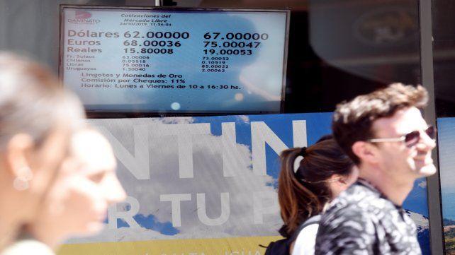 Pasión de multitudes. El dólar domina la información económica y política.