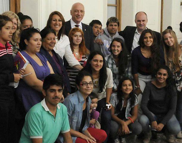 El gobernador y la intendenta junto a chicos que retomaron estudios en 2013.