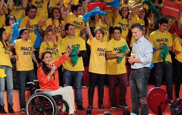 Festejo. La electa senadora Michetti celebra junto a Mauricio Macri. Atrás