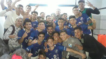 Argentino celebró una victoria necesaria, en el debut en el Olaeta ante Liniers. Nicolás Heiz, la figura.