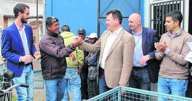 Más cubiletes. El intendente Raimundo entregó seis nuevos bicicarros para recoger residuos en la ciudad.