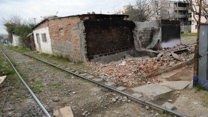 La vivienda de Erminio Aguirre fue derribada por sus vecinos para evitar que la ocupara una banda dedicada a la venta de drogas.