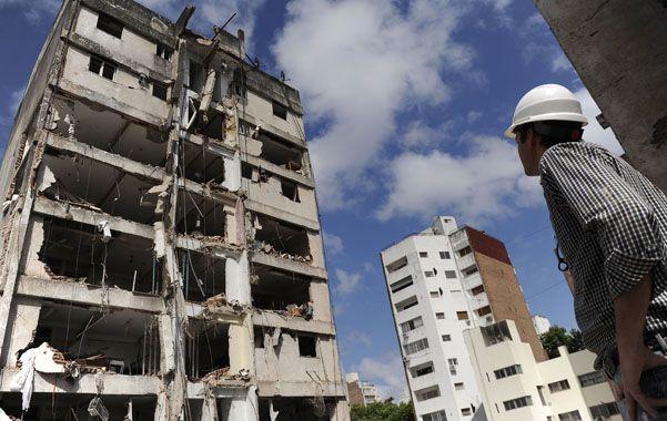Uno de los encargados de las tareas de demolición observa el estado en que quedó una de las torres del edificio que explotó el 6 de agosto.