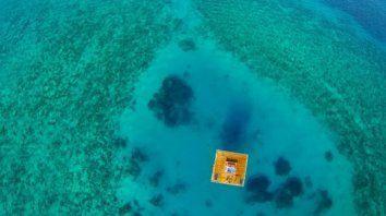 Exclusiva. La habitación está a unos 250 metros de la costa, en lo que allí llaman el Agujero Azul, que cuenta con gran variedad de corales y abundancia de vida marina.
