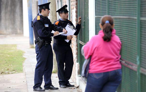 Los policías comunitarios interactúan con los vecinos.
