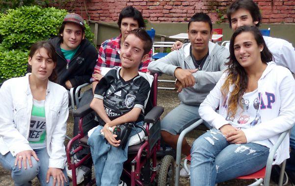 José Mansilla junto a sus amigos. En enero La Capital contó su sueño y muchos rosarinos le dieron una mano. (Foto: A. Amaya)