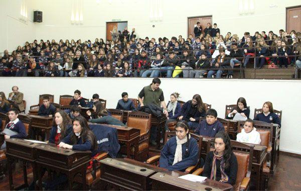 Los chicos de las cinco escuelas secundarias de Rosario coparon el recinto del Concejo.