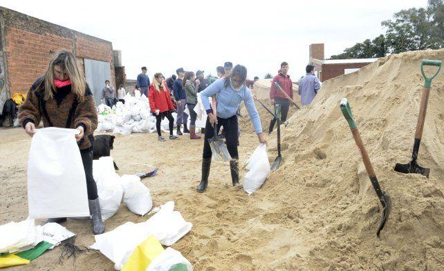 El trabajo de reforzamiento fue permanente estos días e involucró a los propios vecinos de Melincué.