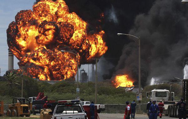 Una enorme bola de fuego recubre uno de los tanques que arden en la destilería de Amuay. El gobierno dice que está todo bajo control