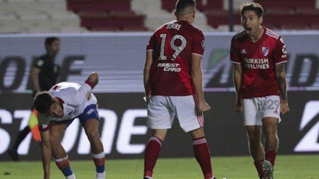 Rumbo a semis. Borré y Montiel festejan uno de los 6 goles con los que derrotaron a Nacional.