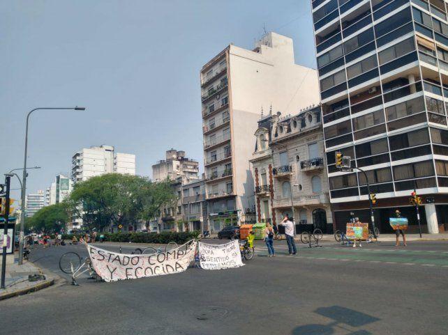 Los ambientalistas cortaron calle Pellegrini para reclamar que se frene el ecocidio.