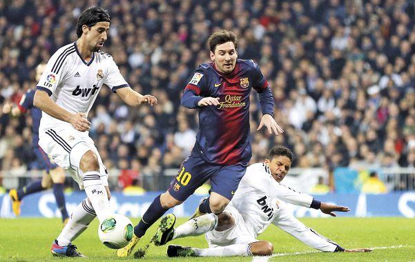 Leo no puede. La defensa merengue se anticipa a la acción de Messi.