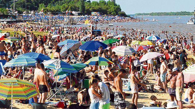 Una multitud. Muchos rosarinos eligen la costa norte de la ciudad para poder refrescarse.