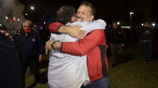 Dos ganadores. Astore y el abrazo con Concina