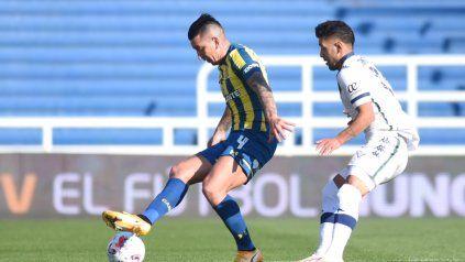 Martínez defiende la posesión de la pelota ante la marca rival.