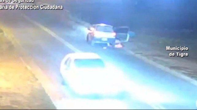 Las imágenes de las cámaras de seguridad muestran el momento en que la mujer se arrojó del vehículo.