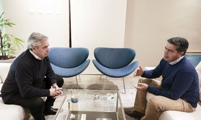 Besamanos. Alberto Fernández recibió en su oficina a Capitanich.