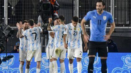 Todos con Messi, en el gol a Iruguay. La selección quiere repetir una actuación así.