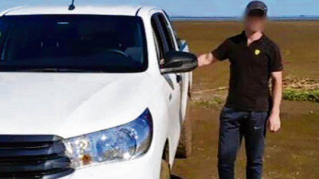 Víctima. Hernán Baella junto a la camioneta en la que se lo llevaron.