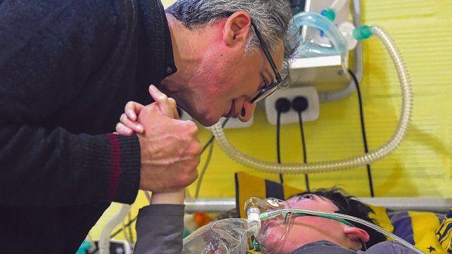 En riesgo. Fabián Fiori junto a su hijo