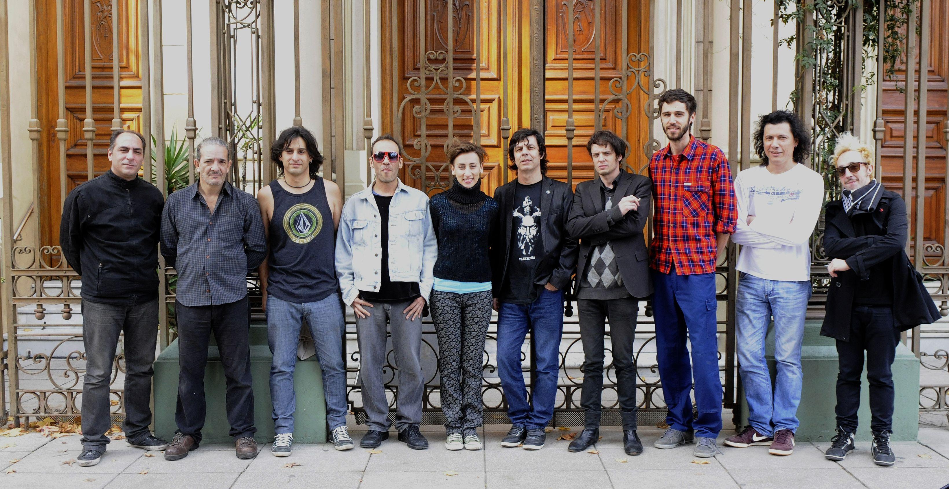 El Zorzi (quinto desde la derecha) organizó el ciclo junto a un grupo de colegas para revalorizar la historia del rock rosarino desde distintas miradas.