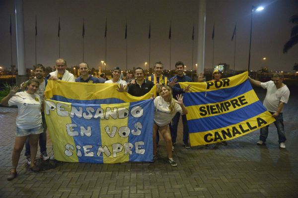 Muchos hinchas canallas se llegaron anoche al Hotel Pullman de Guarulhos para saludar al plantel. (Foto: G. de los Ríos)