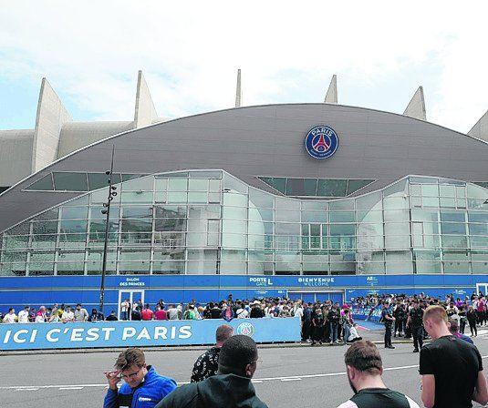Multitud de hinchas del PSG se agolparon todo el lunes a las puertas del estadio Parque de los Príncipes, atentos a las noticias del más grande futbolista mundial.