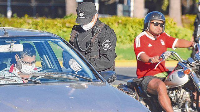 Control. Fuerzas provinciales y federales chequean los permisos de los conductores en plena cuarentena.
