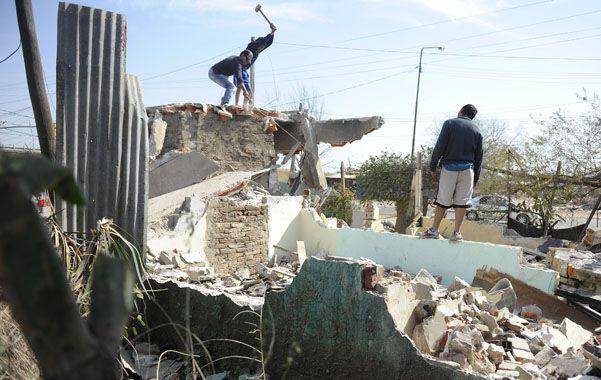 A los golpes. Vecinos de 27 de Febrero al 7600 demolieron la construción que había sido allanada un mes atrás. Para la policía era un aguantadero