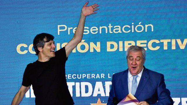 Muy sonrientes. Pergolini y Ameal durante el acto protocolar en La Bombonera.