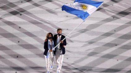 La regatista rosarina Cecilia Carranza Saroli, junto a Santiago Lange abanderados argentinos.