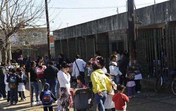 Gran cantidad de chicos y madres frente a la escuela de Doctor Riva 5740. (Foto: N. Juncos)