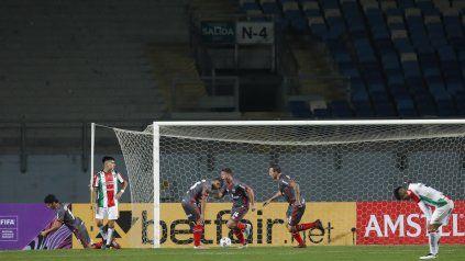 Desahogo. Alexis Rodríguez corre a celebrar el gol en la victoria 1 a 0 frente a Palestino. Lo sigue Lema.