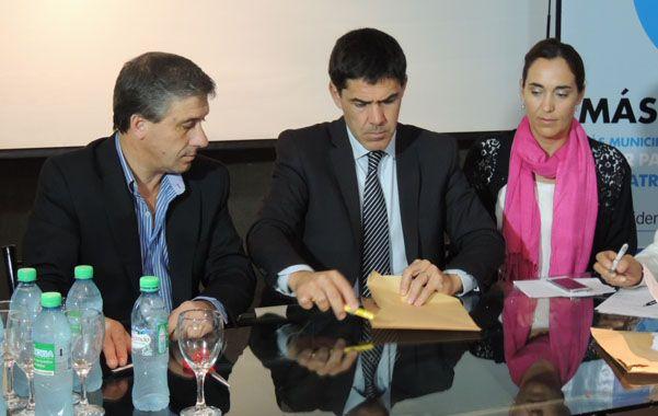 El acto. Pedretti y Ramos en la apertura de los sobres con las ofertas.