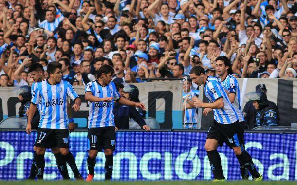 El delantero Diego Milito destrabó hoy con un penal el clásico de Avellaneda