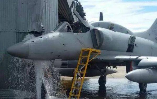 El avión impactó contra un hangar.