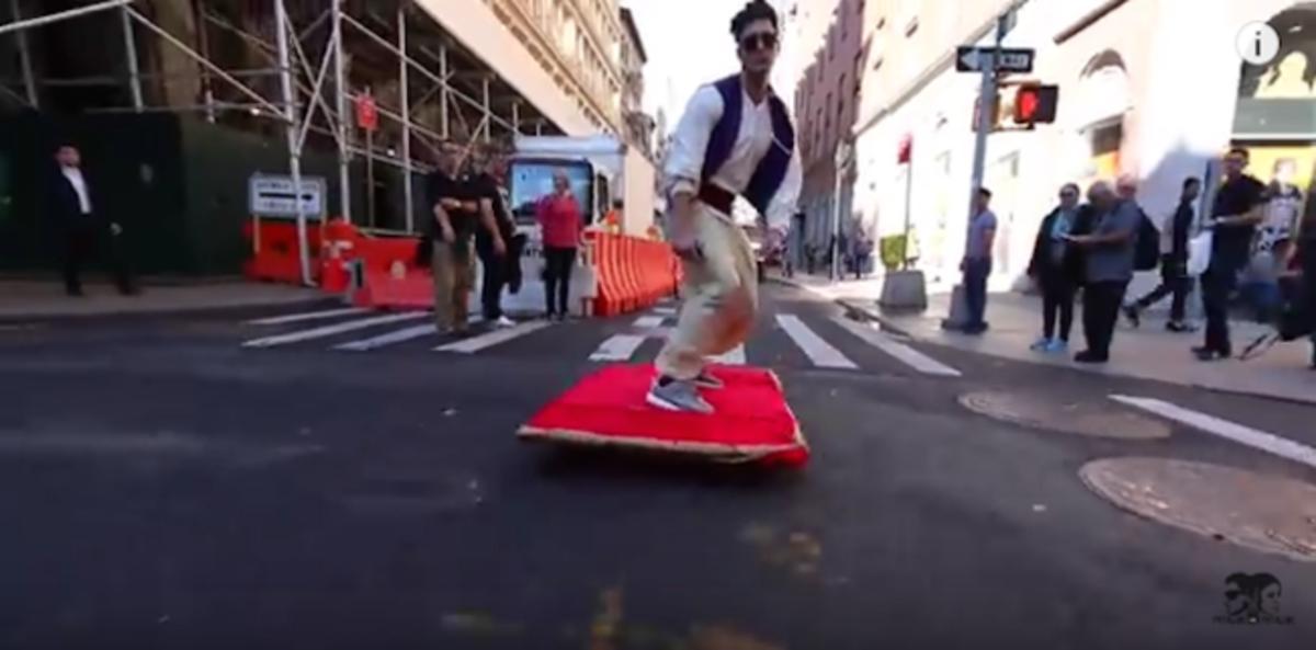 El Aladino neoyorquino flota en medio del caos de Nueva York.