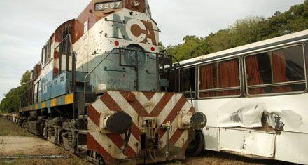 Un tren chocó a un micro escolar y causó 11 heridos en Campana