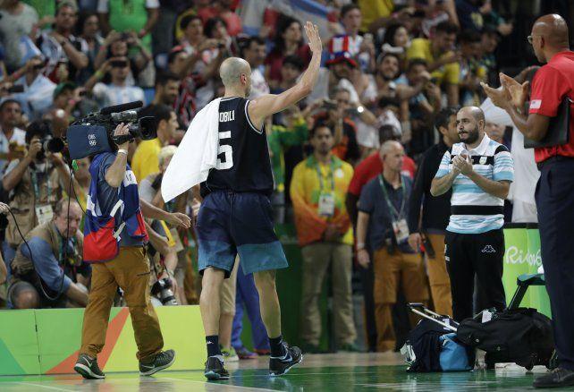 El último saludo. Emanuel Ginóbili se va del Arena Carioca 1 bajo una ovación de los hinchas que alentaron a los albicelestes.