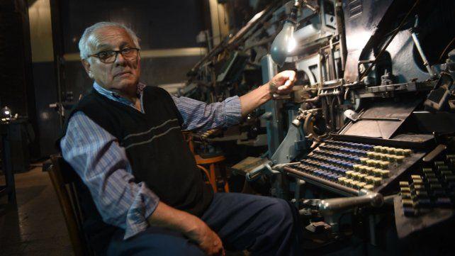 Hugo Capacio es mecánico de la antigua sección linotipo