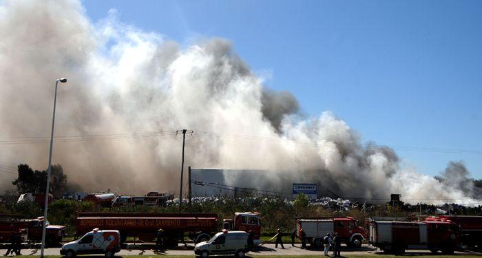 Arduo trabajo de bomberos para controlar un importante incendio en Buenos Aires