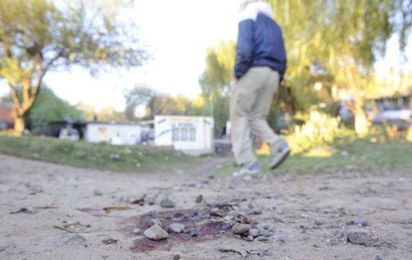 El lugar. Un manchón de sangre en el sitio donde cayó Claudio Gadale