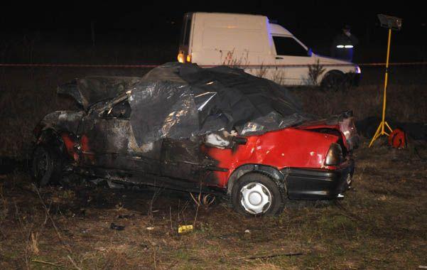 Fatalidad. El Renault 19 rojo colisionó frontalmente con otro vehículo y se incendió con cinco ocupantes adentro.