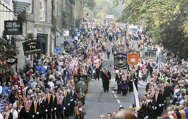 Controvertido desfile. La Orden de Orange marchó por las calles de Edimburgo a favor de la permanencia de Escocia dentro del Reino Unido.