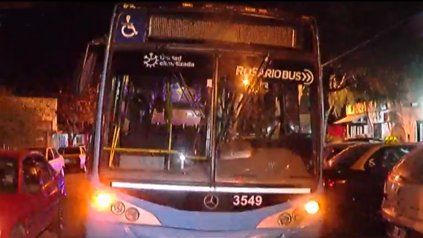 Atacaron a piedrazos un colectivo en barrio Alberdi: los pasajeros creyeron que eran balazos